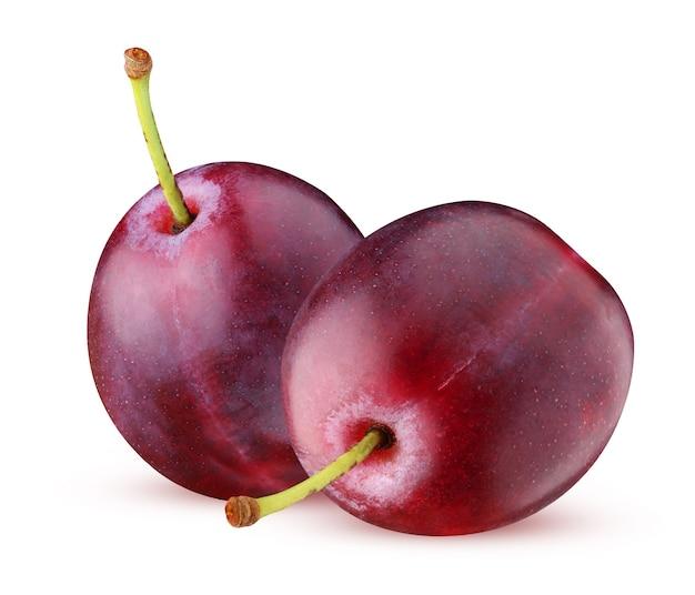 Fioletowe śliwki na białym tle. dwie całe jagody z szypułkami.