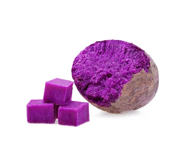 Fioletowe słodkie ziemniaki na białym tle.