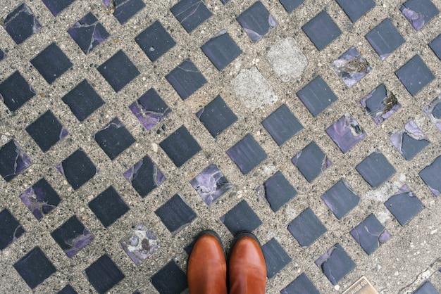 Fioletowe szklane płytki osadzone w asfalcie i czerwonych butach w seattle