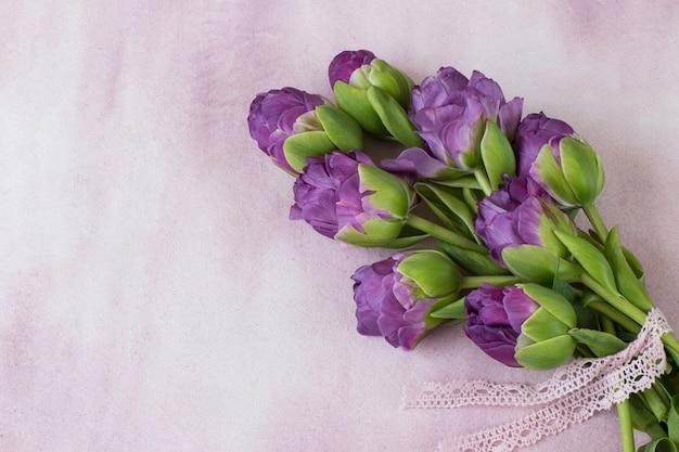 Fioletowe tulipany wiązane koronkową wstążką