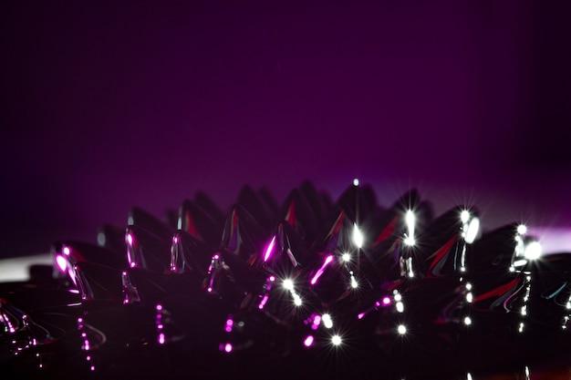 Fioletowy ferromagnetyczny ciekły metal z miejsca na kopię