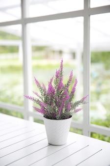 Fioletowy kwiat w słoiku