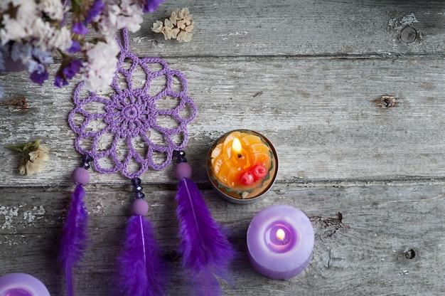 Fioletowy łapacz snów na drewnianym stole