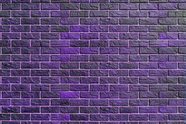 Fioletowy mur z cegły. nowoczesne budownictwo. fasada budynku.