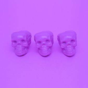 Fioletowy nastrój. czaszka. trend w fioletowych kolorach. minimalistyczna sztuka mody