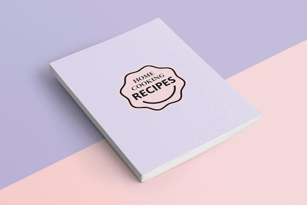 Fioletowy notatnik na pastelowym tle
