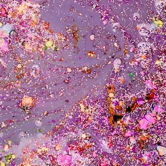 Fioletowy płyn z kolorowymi okruchami