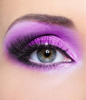 Fioletowy połysk makijaż oczu kobiety - widok z przodu