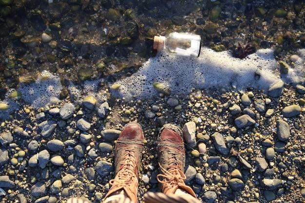 Fiolka na brzegu i widok z góry butów