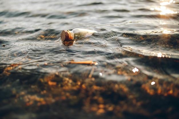 Fiolka z przezroczystego szkła na zbiorniku wodnym