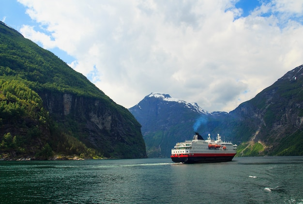 Fiord geiranger, prom, góry, piękna przyroda norwegia panorama