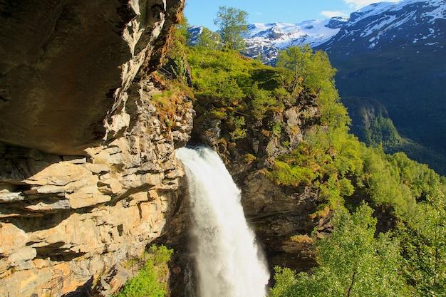 Fiord geiranger, wodospad storseterfossen w geiranger, norwegia