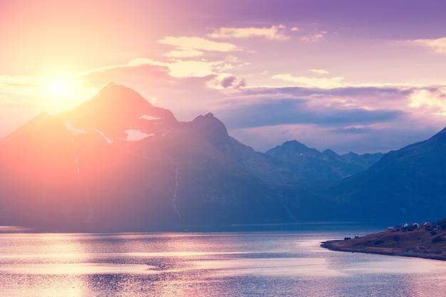 Fiord o zachodzie słońca wieczorem skaliste wybrzeże piękna przyroda lofotów norwegia