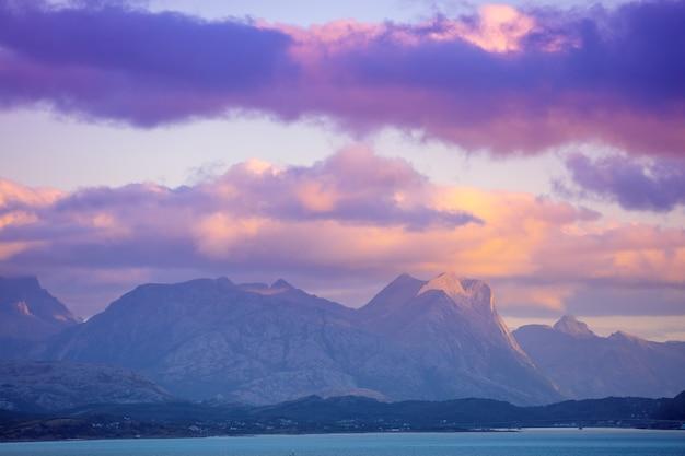 Fiord o zachodzie słońca wieczorem skaliste wybrzeże piękna przyroda norwegii