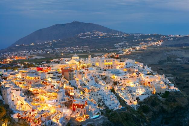 Fira, główne miasto santorini w nocy, grecja