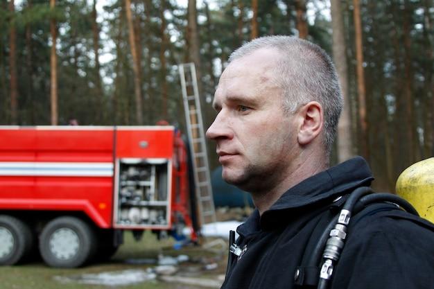 Fire man.zawód strażaka. człowiek ratuje życie. pożary lasów. gaszenie ognia