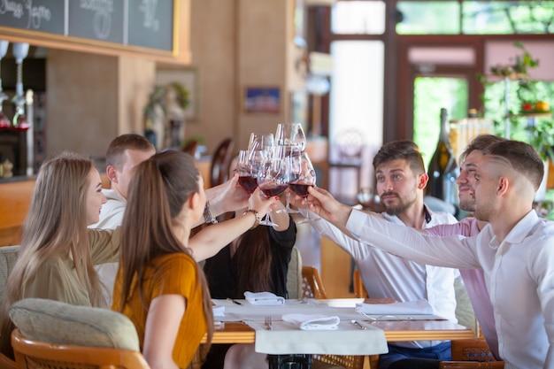 Firma przyjaciół świętuje spotkanie w restauracji.