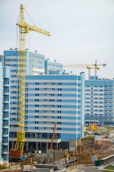 Firmy budujące miasta rozpoczęły budowę budynku wielopiętrowego