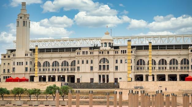 Firmy estadi olimpic lluis budują plac pochmurnej pogody w barcelonie