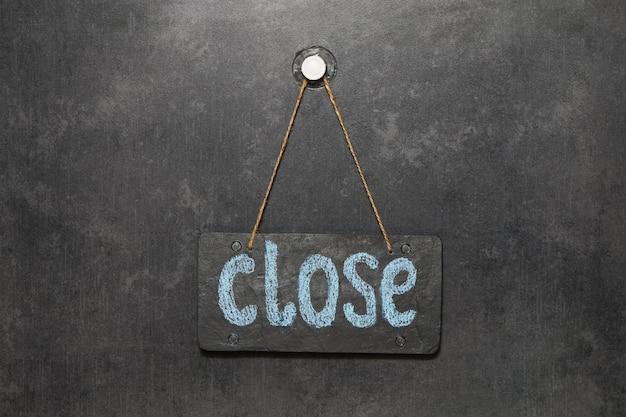 Firmy są zamykane w ramach koronawirusa kwarantanna covid-19. znak, który mówi zamknij w kawiarni lub restauracji