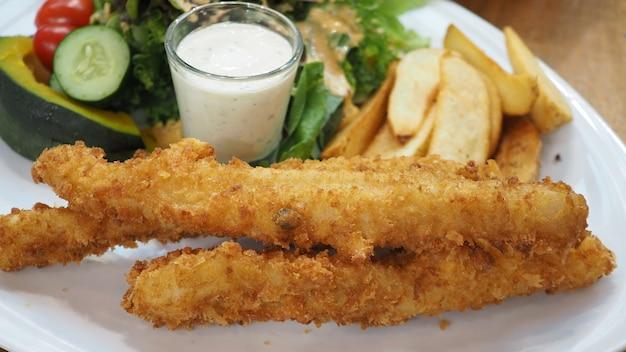 Fish & chips z sosem tatarskim i surówką jarzynową.