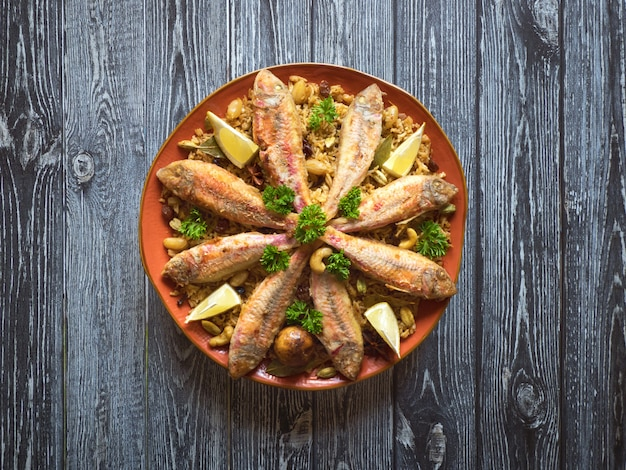 Fish kabsa - dania z mieszanego ryżu, które pochodzą z jemenu. jedzenie na bliskim wschodzie.