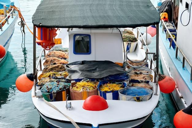 Fisher łódź pełna ryb w porcie