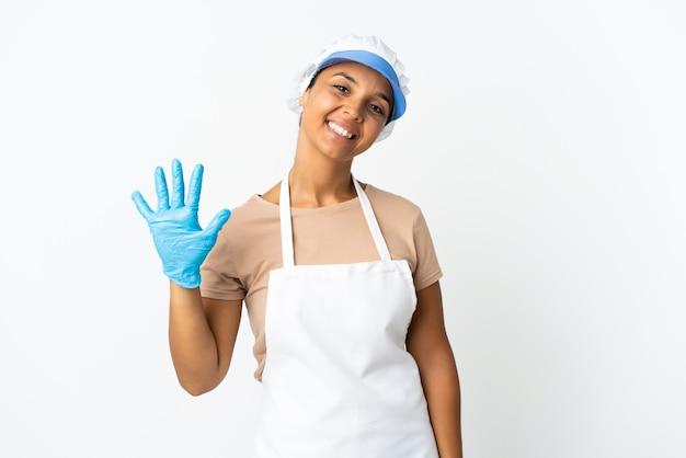 Fishwife azjatycka kobieta na białym tle licząc pięć palcami