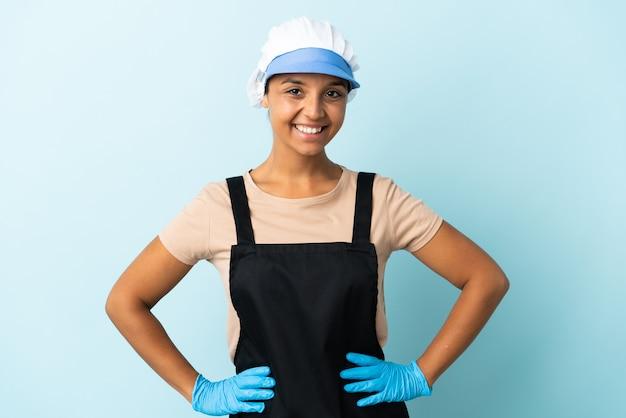Fishwife azjatycka kobieta na białym tle pozowanie z rękami na biodrze i uśmiechnięty