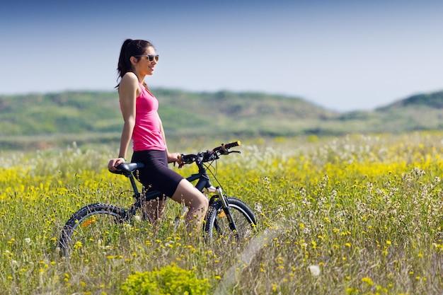 Fit kobieta jazdy na rowerze górskim