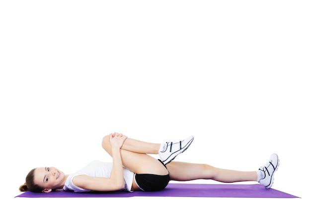 Fitness ćwiczenia fizyczne młodej pięknej kobiety roześmianej