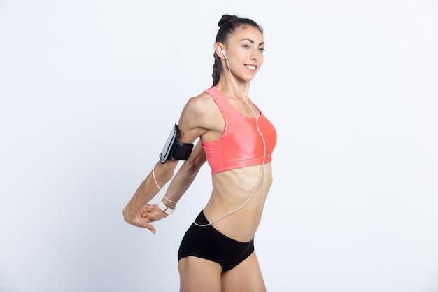 Fitness dziewczyna robi ćwiczenia rozciągające