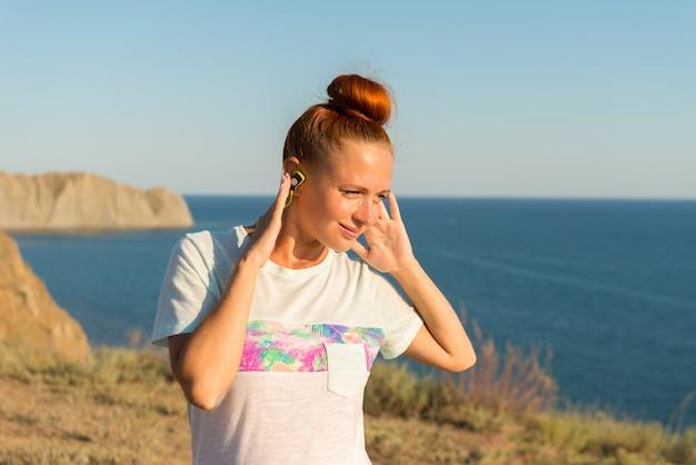 Fitness girl z bezprzewodowych słuchawek