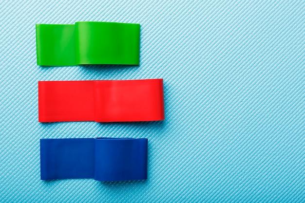 Fitness gumki w różnych kolorach i obciążeniach do uprawiania sportu