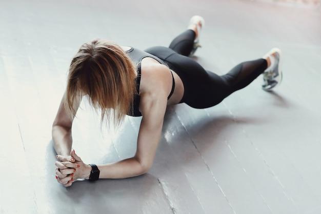 Fitness i trening. kobieta na siłowni