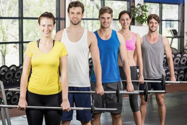Fitness klasy podnoszenia sztangi w siłowni