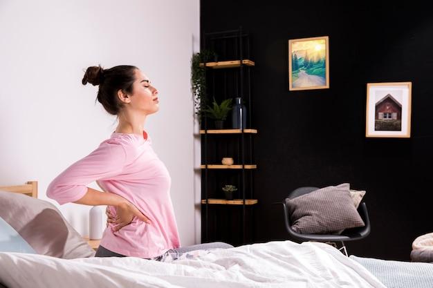 Fitness kobieta budzi się rano