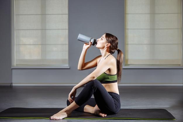 Fitness kobieta odpoczynku po treningu na siłowni