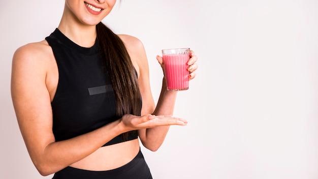 Fitness kobieta pije sok detox