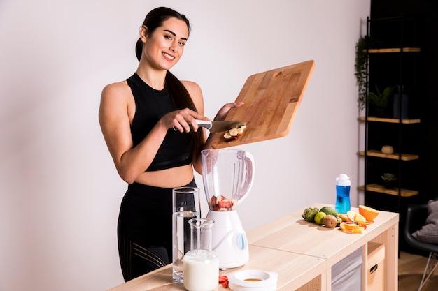 Fitness kobieta przygotowuje sok detox