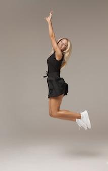 Fitness kobieta skacze z radości.