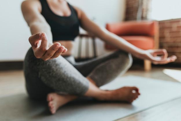 Fitness kobieta w pozie padmasana
