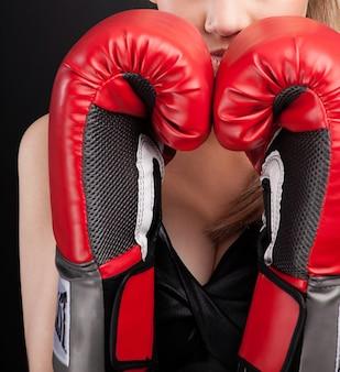Fitness kobieta z czerwonymi rękawicami bokserskimi