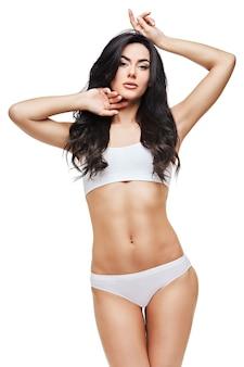 Fitness kobieta z pięknym ciałem na białej przestrzeni