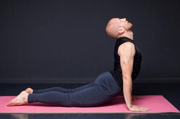 Fitness mężczyzna robi ćwiczenia rozciągające