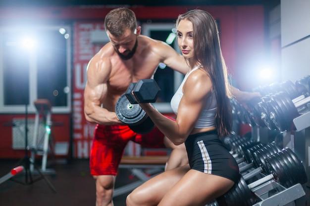 Fitness mięśni mężczyzny i kobiety
