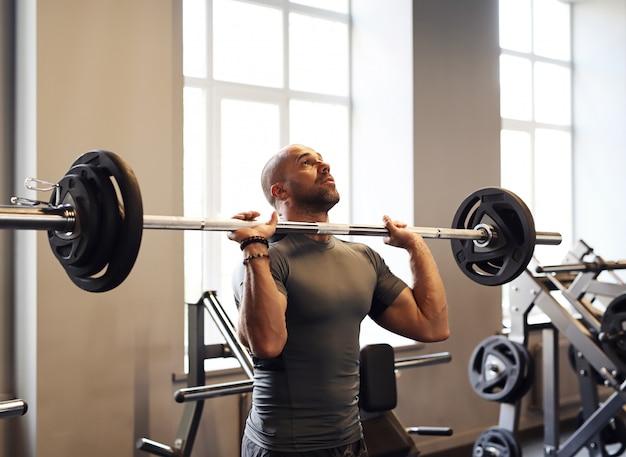 Fitness na siłowni, podnoszenie ciężarów
