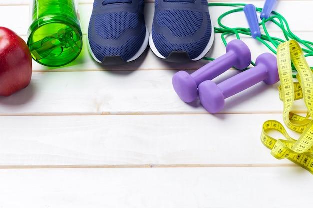 Fitness sportowy ze sprzętem do ćwiczeń