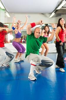 Fitness - trening i trening zumba na siłowni