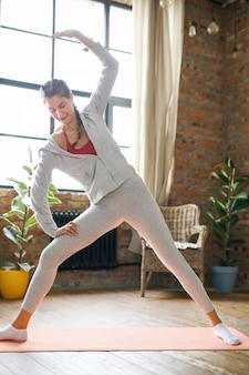 Fitness w domu, dziewczyna ćwiczeń